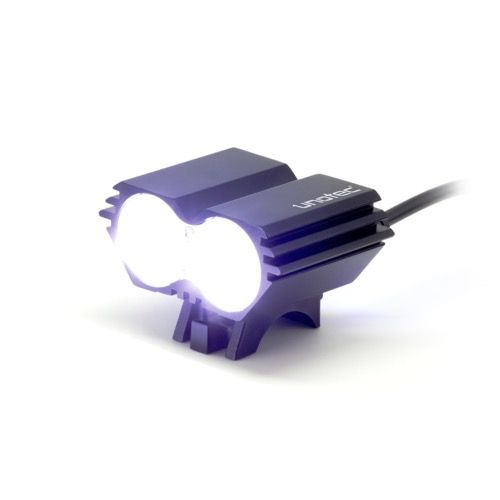 FOCO LED PARA BICICLETA Y FRONTAL Luz frontal para bicicleta con dos potentes LED incorporados. Tiene 2 posibilidades de uso, como foco frontal instalado directamente sobre la bicicleta, gracias al adaptador para el manillar y como foco frontal instalado sobre el casco de bicicleta, gracias a la cinta elástica incluida. También puede ponerse con la cinta sobre la cabeza y utilizarse para correr o caminar. Incorpora dos modos de uso: luz fija  con tres intensidades y luz intermitente…