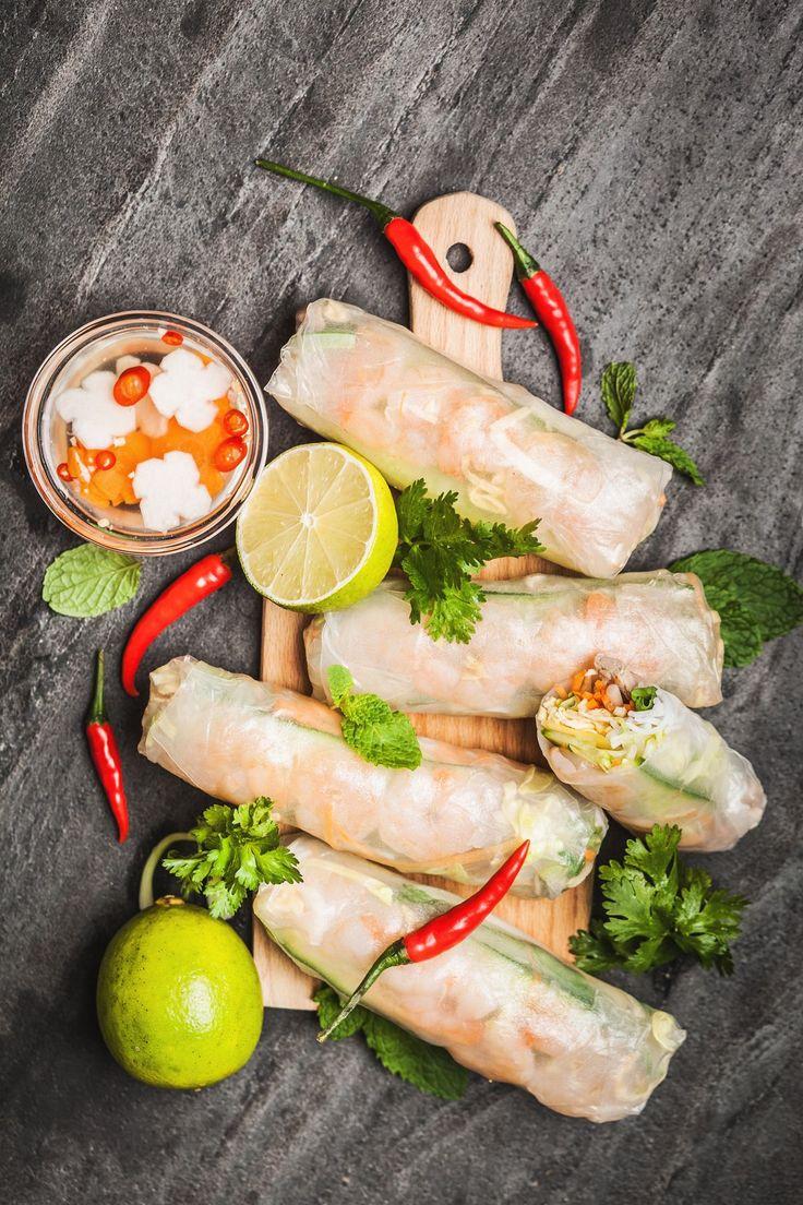 Snad nejoblíbenější jídlo vietnamské kuchyně jsou u nás plněné závitky. Během plavkové sezony ale zkuste místo smažených raději jejich letní (a značně dietnější!) variantu. Máme recept krok za krokem!