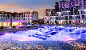 HARD ROCK IBIZA  El Hard Rock Hotel Ibiza, el primero de esta marca en Europa, cuenta con una de las mejores colecciones de objetos personales de las principales estrellas del rock y es pionero en la implantación de la tecnología wearable
