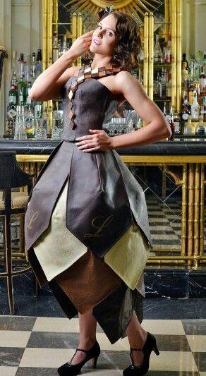 Swiss chocolate dress by #Lindt   Te mooi om te eten of te lekker om te dragen? We kunnen niet beslissen over dezechocoladejurk!  Het fantastische kledingstuk is gemaakt door de Britse ontwerpster Caroline McCall, die ook kostuums maakte voor de historische televisieserie Downtown Abbey.  Zestig kilo chocolade McCall gebruikte maar liefst zestig kilo Zwitserse chocolade om de strapless jurk, geïnspireerd op mode uit de jaren twintig, te creëren. Het ontwerp heeft een strakke bovenkant, een…