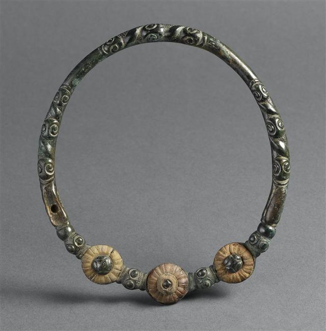 Torque - PERIOD 4th century BC. Bronze. Celtic art.   Photo (C) RMN-Grand Palais (musée d'Archéologie nationale) / Thierry Le Mage.