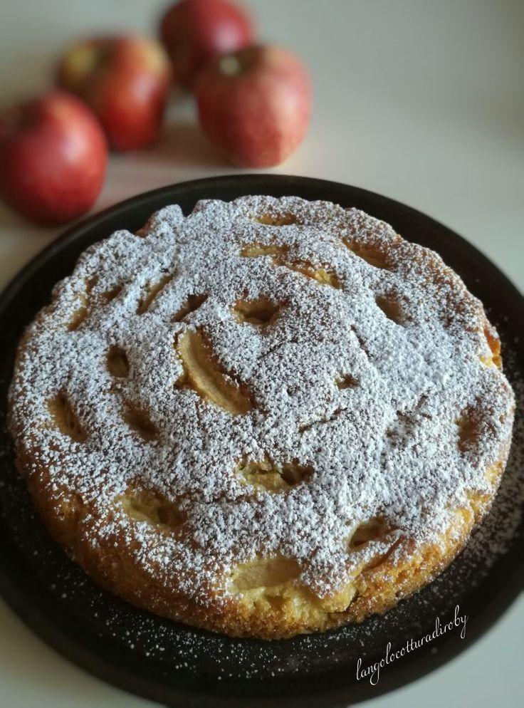 La mia prima TORTA VEGANA!!! Una torta di mele senza lattosio e senza uova!! Non ci potevo credere... E' buonissima!!!!! Umida, soffice e profumatissima!!!  (Per una tortiera di 22 cm di diametro) 270 g di farina 160 g di zucchero di canna 1 bustina di lievito per dolci un pizzico di sale 80 ml di olio 150 ml di spremuta d'arancia 120 ml di acqua 1 mela grattugiata 1 mela a fettine sottili limone 1 cucchiaio di zucchero di canna Sbucciare e tagliare una mela a fettine sottili, irrora...