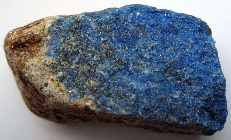 Qué es eso del lapislázuli? Mineral de lapislázuli obtenido en Afganistán. Una importante piedra semipreciosa  Diciéndolo prosaicamente el lapislázuli es una roca compuesta por los minerales lazurita wollastonita calcita y pirita.  Se trata de una piedra semipreciosa de una dureza equivalente a la del acero que en la Antigüedad adquirió una importancia tremenda.  Detalle de las incrustaciones de lapislázuli en la estatua del superintendente Ebih II datada hacia el año 2400 a. C. En la tumba…