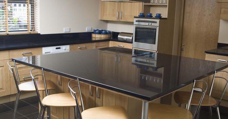 ¿Cuál es la distancia recomendable entre una mesada y una isla en una cocina? . La isla de cocina no está conectada a las paredes y se erige en el centro de la habitación. Debes planear dónde colocar la isla en tu cocina para que tengas libre acceso desde todos los puntos.