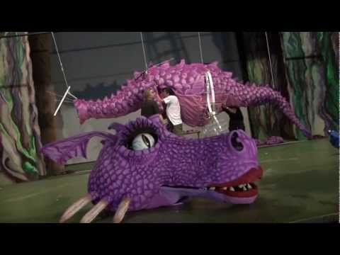 "▶ MAKING OF DRAGONA ""SHREK EL MUSICAL"" - YouTube  How to make the dragon"