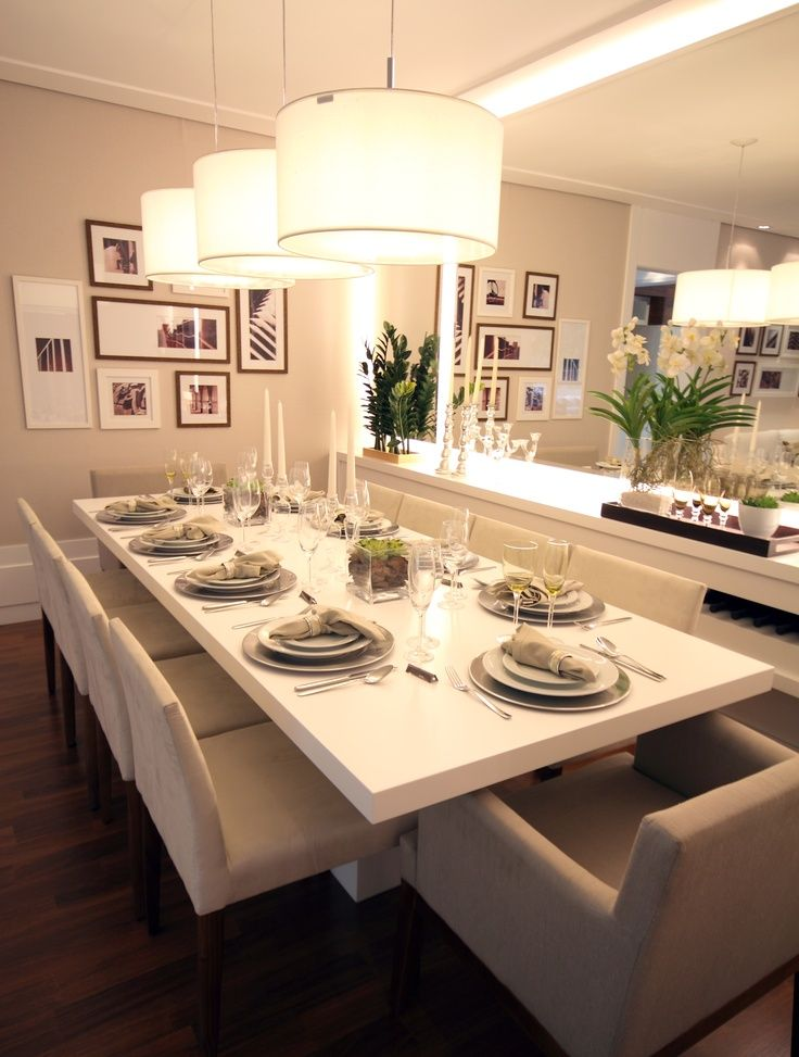 Buffet branco com espelhos