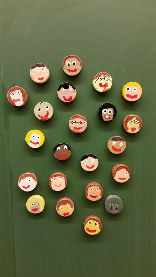 Isän kuva jääkaappimagneettina (1.lk) Lapset sahasivat n.1 cm paksut pätkät 4,5 cm leveästä pyörölistasta ja hioivat, maalasivat pullomaaleilla, piirsivät lyijykynällä silmät yms. sekä liimalakkasivat ne. Lopuksi liimasivat magneetit toiselle puolelle. (Alkuopettajat FB -sivustosta / Tiia Kekkonen)