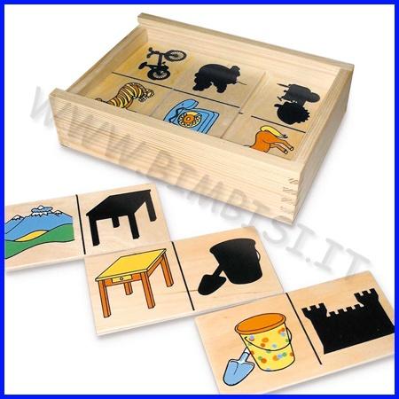 DOMINO DELLE OMBRE    La scatola in legno contiene 20 tessere (cm 6 x 12) che raffigurano vari soggetti e le loro ombre.  Il bambino dovrà abbinare le tessere sulle quali appare la loro ombra. Una ricerca ottica non sempre facile, ma molto divertente!    Codice: 106.04732