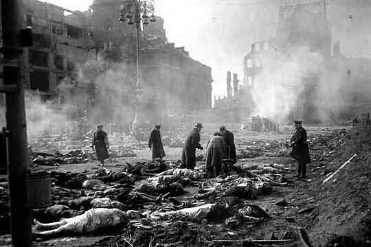 Dresde après le passage des raids de la RAF et de l'USAF entre le 13 février et le 15 février 1945. En une seule nuit et jour, 35 000 personnes sont tuées. Les liaisons ferroviaires de la ville sont les prétextes des bombardements alliés qui pourtant reste relativement indemne alors que les trains circulaient dans la ville en quelques jours.