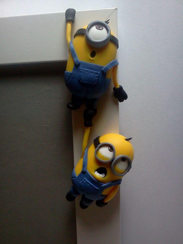 cornice decorata a mano in FIMO con MINION realizzati SENZA STAMPO #polymerclay #handmade http://www.fimochepassione.com/negozio-on-line/