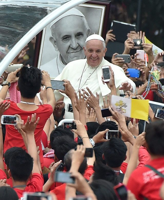 WARM WELCOME. Pope Francis is greeted by the youth at the Royal, Pontifical, and Catholic University of Santo Tomas in Manila on January 18, 2015. Photo by Ettore Ferrari/EPA
