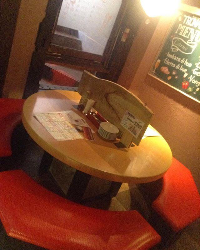こんにちは!トラナスです💕 . . 年末が近づき 街も賑やかになりつつありますね🍺 . . トラナスのオススメ! こちらの丸テーブル、 最大9〜10名座っていただける 人気のお席です✌️ なんといっても、 丸なので、全員のお顔が見え、 お話もしやすいお席💕 もちろん間の仕切りは取っぱらいますよ!!!! クリスマスパーティや女子会 丸テーブルで楽しみませんか???🎄💝 . . 誕生日や記念日、歓送迎会など!お好きなコメント、イラスト入りプレートのご予約を承っております!🎂 _ ①文字のみ+カットケーキ→無料✨(ホットペッパー、ぐるなびのクーポンをご利用ください。) ②文字のみ+デザート盛り合わせ→1000円(税別) ③リクエストイラスト+カットケーキ→1000円(税別) ④リクエストイラスト+デザート盛り合わせ→2000円(税別) _ 電話番号0467-46-1144にてご予約承っております😊 #tronas#トラナス#大船イタリアン#大船#誕生日#誕生日プレート#記念日#記念日プレート#サプライズ#バースデープレート#チョコペンアート#鎌倉#ランチ#ディナー#肉…