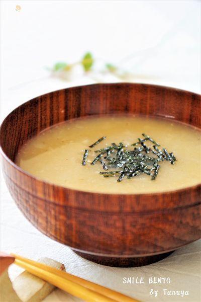 シンプルなお味噌汁。具材が長芋だけで見た目は地味ですがクセになる味です。