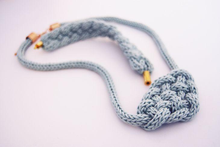 Rotkehlchen: DIY: Decorative Knots http://www.free-macrame-patterns.com/bumblebee-knot.html