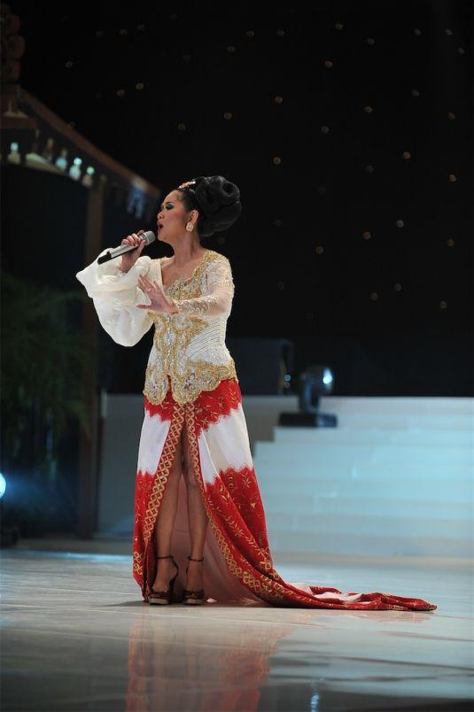 Indonesia Diva Mrs. Vina Panduwinata performing at ANNE AVANTIE fashion show wearing a stunning #Kebaya.