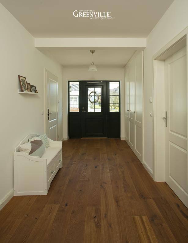 Großzügiger Eingangsbereich in Lörrach. Rechts ist die Garderobe für den täglichen Bedarf gut im Einbauschrank verstaut.