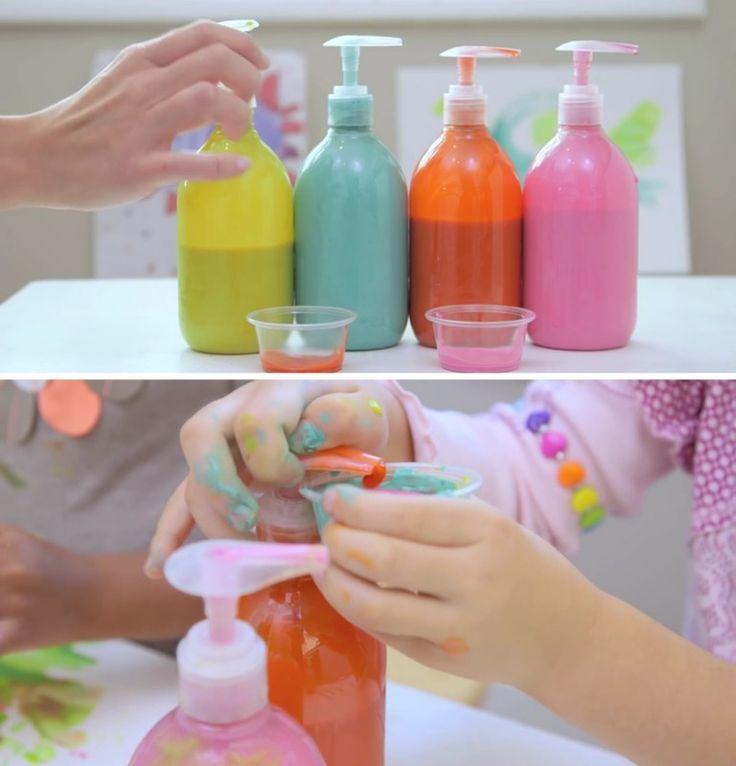 Diversão sim, bagunça não. Coloque as tintas dentro de potes com válvula (Ex.: potes de sabonete líquido já usados). Desta forma, as crianças podem pegar a quantidade que quiserem, sem derramarem tudo pelo chão.