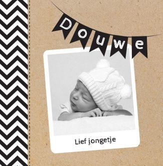 Hip geboortekaartje met karton, vlaggetjes en eigen foto. Gebruik deze kaart en maak hiervan zelf je eigen persoonlijke geboortekaartje. Wil je de kaart door ons laten opmaken? Geen probleem, wij helpen je graag!