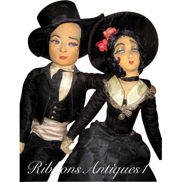 """Вот редкий и все оригинальные будуар куклы пара, представляющая актриса, Пола Негри и актер, Рудольф Валентино; два из гламурных, экзотические звезд немого кино  Эти куклы не костюмированный похож на рекламу еще принято в двух из них , Как видно на фото, Пола кукла имеет французский тег прикреплен с пометкой """"Trois Quartiers"""", которая является большой парижский магазин."""