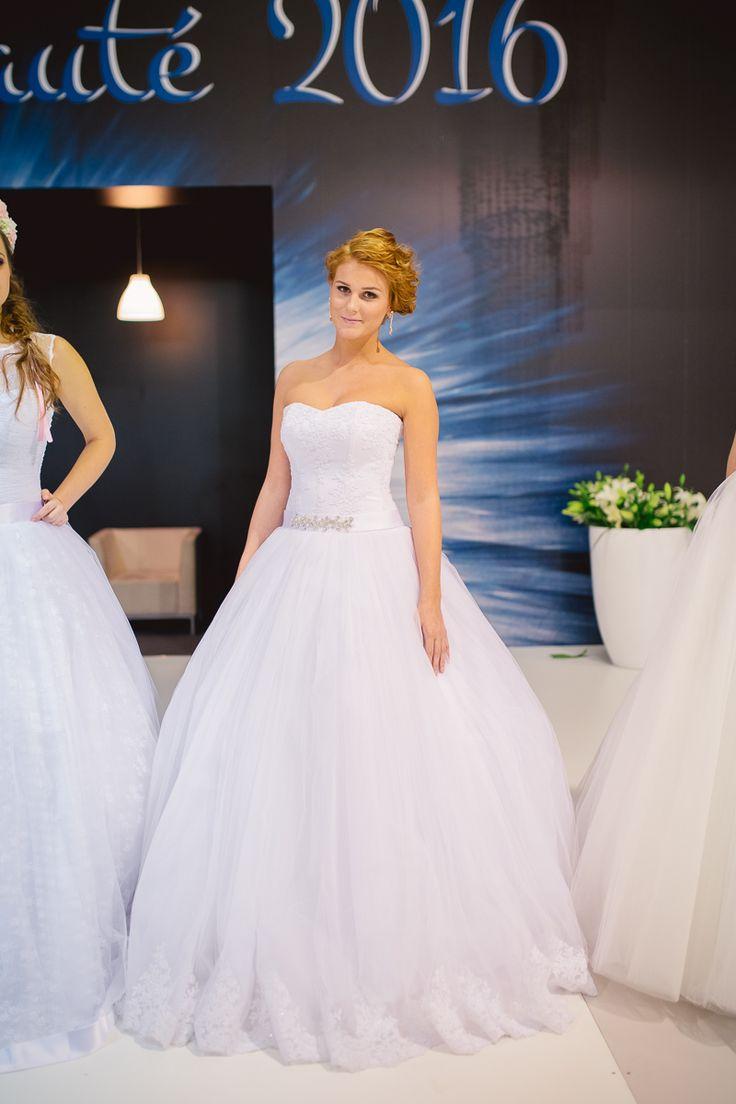 Nádherné svadobné šaty s princeznovskou sukňou, čipkovaným živôtikom a s čipkou na konci sukne