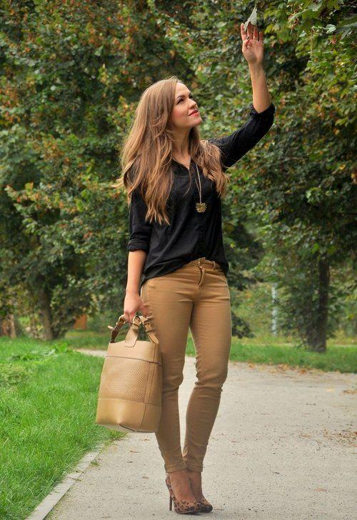 DÍA-TARDE (semi-formal): Pantalón marrón claro = bolso + camisa negra + zapatos bajos, estampado leopardo