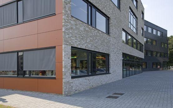 Roval Aluminium | Aluminium waterslagen/raamdorpels toegepast onder de kozijnen. In combinatie met metselwerk en gevelbeplating (hout, kunststof en metaal)
