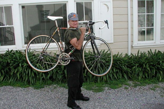 Robin Williams with a Pegoretti bicycle in Mill Valley, Calif., in 2007. (Courtesy of Above Category)