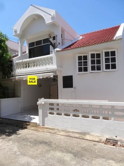 Large Townhouse For Sale 115 M from Hua Hin Beach Price:  6.5 Million THB -- Three Bedrooms Two Bathrooms -- Living Area:  158 Square Meters -- Land Area:  112 Square Meters