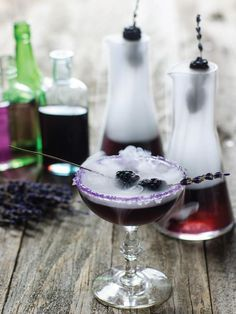 Halloween-mr-hyde-cocktail: – 24 cl wodka – 12 cl parfait amour likeur – 3 cl bramenlikeur – 6 cl dragonsiroop (Recept volgt) – 3 cl vers citroensap – 3 cl lavendel siroop – 4 lavendel takjes – 8 bramen