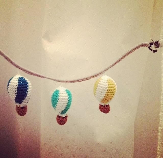 Hækleopskrift på barnevognskæde med luftballoner (DIY)
