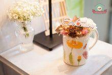 Asztaldísz virágmintás bögrével