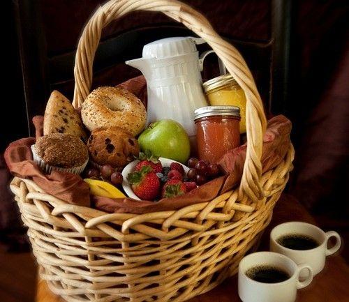 Veja como montar uma cesta de café da manhã incrível para o dia dos pais. Também serve para outras ocasiões e pessoas, não deixe de ver essas ideias geniais!
