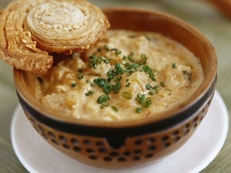 Pastinaken-Steckrüben-Suppe mit Mandeln und Blätterteigschnecke | http://eatsmarter.de/rezepte/pastinaken-steckrueben-suppe-mit-mandeln-und-blaetterteigschnecke
