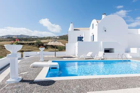 Schau Dir dieses großartige Inserat bei Airbnb an: Santorini Traditional Suites LAVA - Wohnungen zur Miete in Vothonas
