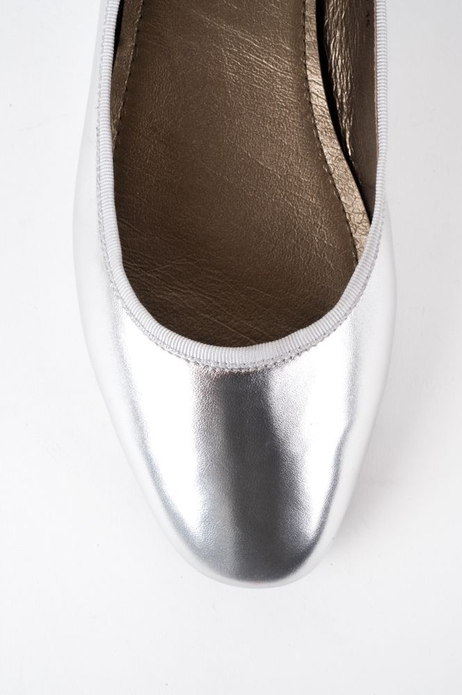Gorgeous metallic leather ballet flat by BELLINI. Made with soft leather anda flexible, lite rubbersole this style is chic and fun. All leather upper and lining. Grosgrain ribbon trim. HEEL: 1cm WIDTH: B-C
