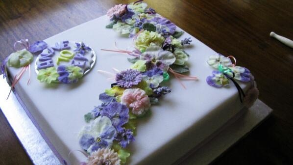 Beautiful wedding cake decorated with Meadowsweet Crystallised Flowers