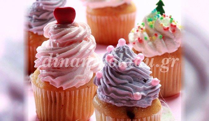 1 ώρα 20΄ – 25΄ 12 cupcakes –  Αν δεν έχετε κορνέ, κανένα πρόβλημα: Αδειάζετε το κάθε γλάσο σε ένα νάιλον σακουλάκι και στρίβετε το άνοιγμα για να κλείσει. Με ένα ψαλίδι κόβετε τη…