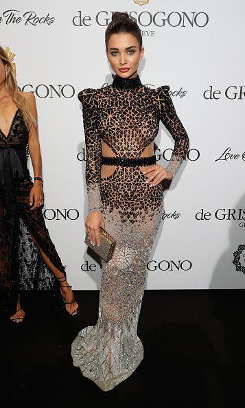 <p>La hermosa Amy Jackson se presentó en Cannes con un vestido abierto a los costados de la cintura y estampado en leopardo en la parte superior. Sin embargo, la falda está costurada en tela transparente y pareciera que porta una prenda de cristal. ¡Sublime! – <em>Foto: Andreas Rentz/Getty Images </em> </p>