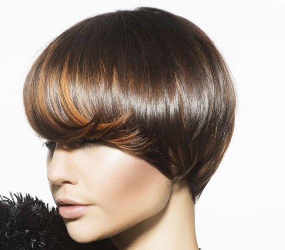 A sapkaszerű sima fényes haj nagyon nőies, egy kis kunkori tinccsel pedig még vonzóbb.