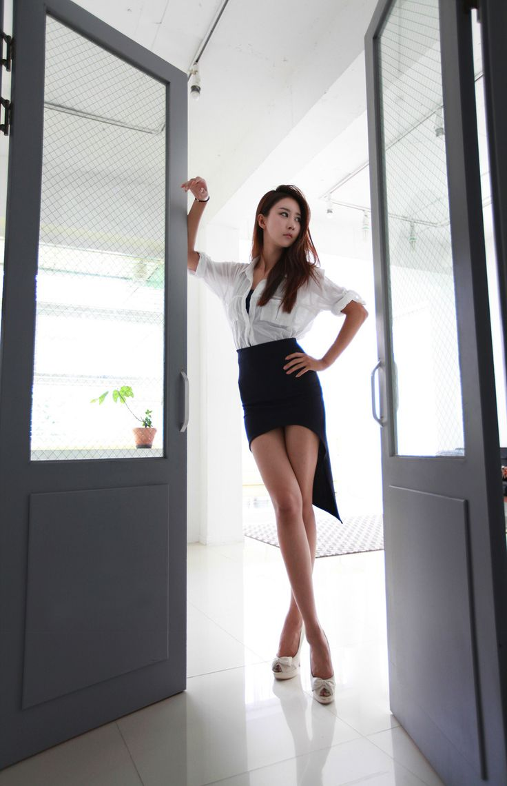 Love the hi lo skirt showing off gorgeous long legs ...