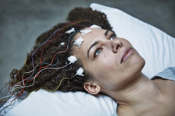Da journalist og ph.d. studerende på Harvard Jeniffer Brea fik diagnosen kronisk træthedssyndrom, vendte hun kameraet mod sig selv og dokumenterede et liv præget af uforklarlige og umenneskelige smerter. Dokumentaren 'Unrest', som har premiere på CHP:DOX i morgen, peger også på store konflikter om behandlingen af sygdommen herhjemme.