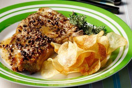 Μπριζόλες με κρούστα πιπεριών και σπιτικά πατατάκια - Συνταγές | γαστρονόμος
