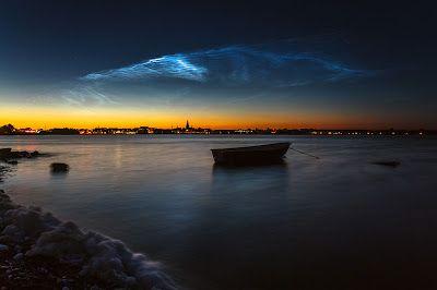 Ασημί σύννεφα λάμπουν στον νυχτερινό ουρανό
