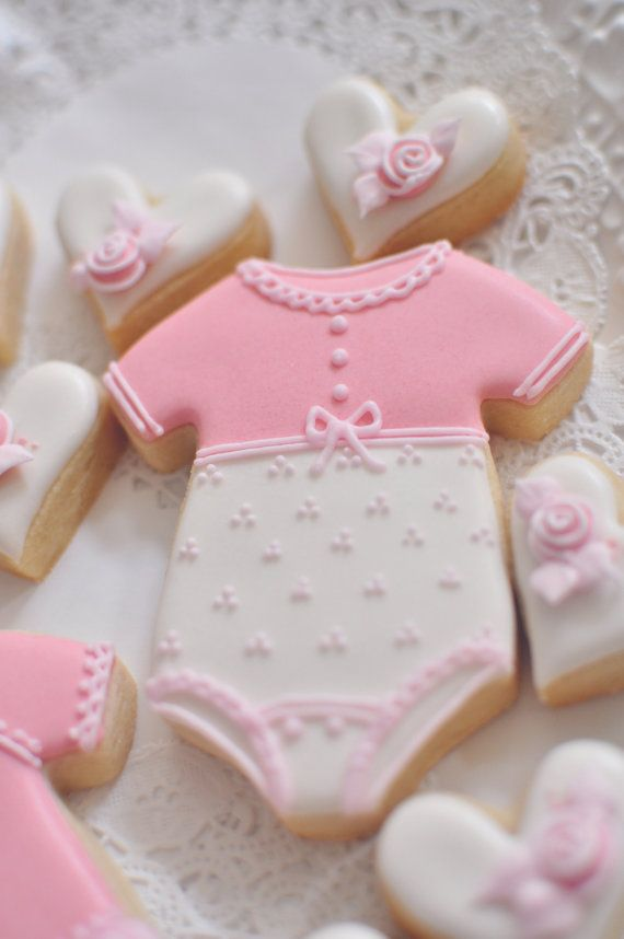 12 Girl's Onesie Cookie Favors for baby showers por MarinoldCakes