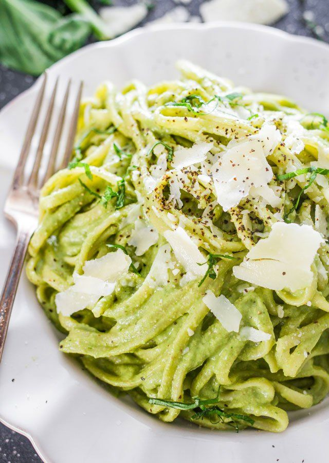 Creamy Avocado and Spinach Pasta - a creamy sauce made with avocados, spinach, basil and pecans. A super healthy and delicious pasta dish, eat without guilt.