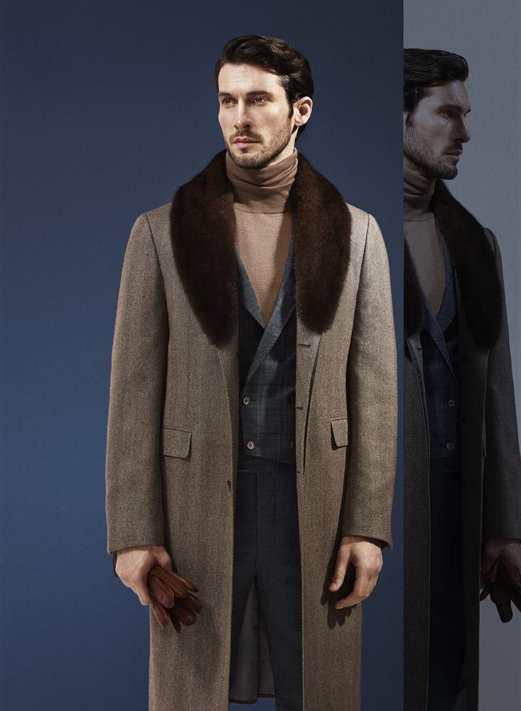 Manteau beige trois boutons en cachemire et col en fourrure de vison.  Photographe : Alexis Armanet Mannequin : Alban Rassier