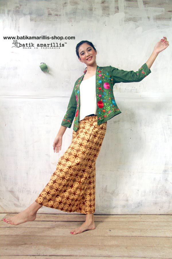 Batik Amarillis's Miss Popon Lovely Kebaya encim inspired and designed which features Floral Mexican embroidery wear it over Miss Popon Camisole and The Warrior pants or any kind of bottoms will do nicely with this lovely Miss Popon. #batikamarillis #batikindonesia #kebayaencim