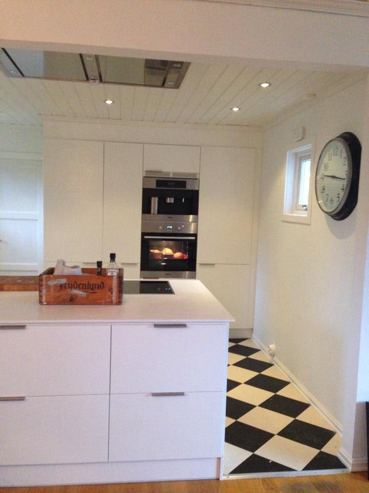 New #kitchen from #Foss #kjøkken. Floating kitchen countertop of compact laminate from #Fossplater. Oven and coffee machine by #Miele. Clock: #Ikea. Floor: #Marmoleum click. #interior #interiør #elleinteriør #bonytt #bobedre #elleinterior #living