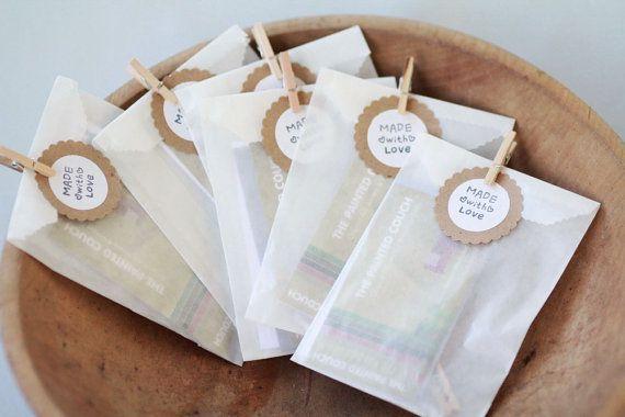 Conjunto de bolsas de papel de 75 3 1/4 x 4 5/8 pulgadas (8.255 x 11.7475 cm)  FDA aprobada para el contacto directo con alimentos.  Me encanta la versatilidad y aspecto de las bolsas de papel! Crean la perfecta presentación para regalos, golosinas y más allá!  ___________  Por favor Nota: Pinzas para la ropa y las etiquetas son sólo con fines de demostración:)