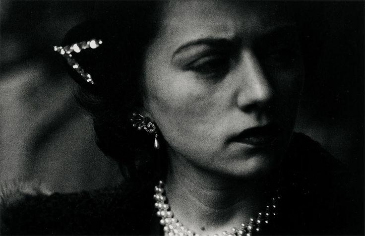Un viaje por la exposición 'Retratos', una selección de los fondos de fotografía artística del siglo XX de la Fundación Mapfre que rinde homenaje a este tema fotográfico por excelencia.